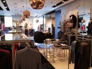 82132135 800640 300x225 - Торговое оборудование для магазина одежды
